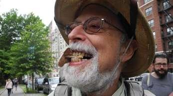 Steve Brill mit einem Dachpilz zwischen den Zähnen, den er im Central Park entdeckt hat.
