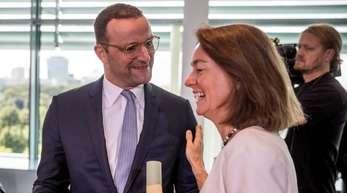 Katarina Barley (SPD) spricht mit Jens Spahn (CDU) zu Beginn der Kabinettssitzung.