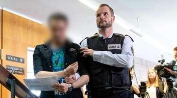 Der wegen Kindesmissbrauchs verurteilte Lebensgefährte (l) wird nach der Urteilsverkündung aus dem Gerichtssaal gebracht.