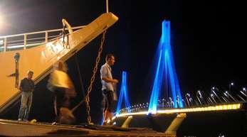 Die 2500 Meter lange «Harilaos Trikoupis»-Brücke verbindet das westgriechische Festland mit dem Westen des Peloponnes.