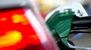 Entscheidend für den Spritpreis ist die Entwicklung der Rohölpreise - und hier gibt es einige Gefahren.