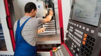 Ein 2012 nach Deutschland Geflüchteter bei der Arbeit während seiner Ausbildung zum Industriemechaniker in Mainz.