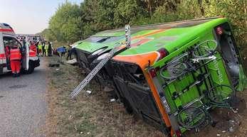 Der Unglücksbus liegt auf der A19 bei Linstow in Mecklenburg-Vorpommern im Graben. Er war aus bisher ungeklärter Ursache von der Fahrbahn abgekommen.