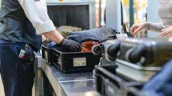 Gepäckkontrollen am Flughafen Tegel.
