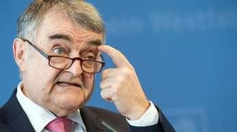 Nordrhein-Westfalens Innenminister Herbert Reul (CDU) hat sich für seine Richterschelte im Fall Sami A. entschuldigt.
