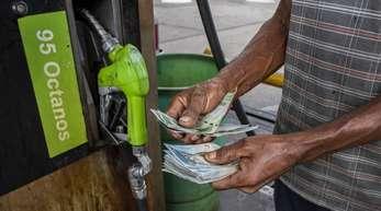 Ein Liter kostet momentan sechs Bolívar, für umgerechnet einen Euro gibt es rund eine Million Liter Treibstoff.