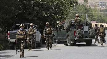 Afghanische Sicherheitskräfte kommen zu einem Ort des Gefechts. Präsident Ghani rief die Taliban erneut zur Waffenruhe auf.