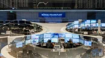 Frankfurt: Händler verfolgen auf ihren Monitoren im Handelssaal der Börse die Kursentwicklung.