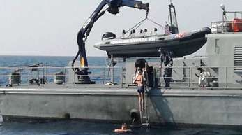 Eine britische Urlauberin, die in der kroatischen Adria von einem Kreuzfahrtschiff gestürzt war, wird nach zehn Stunden unversehrt geborgen und an Bord eines Schiffs der Kriegsmarine genommen.