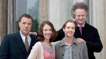 Regisseur Florian Henckel von Donnersmarck (r) mit den Schauspielern (l-r) Sebastian Koch, Paula Beer und Tom Schilling.