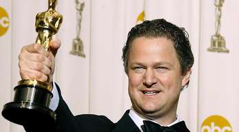 Florian Henckel von Donnersmarck mit seinem Oscar, den er 2007 für «Das Leben der Anderen» gewonnen hat.