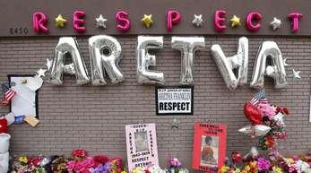 In Gedenken an Aretha Franklin: Blumen, Luftballons und Karten vor der New Bethel Baptist Church in Detroit.