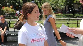 Sophie Sanderberg trifft im Washington Square Park Frauen, die ihre Erfahrungen schildern.