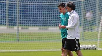 Joachim Löw (r) bei der WM in Russland im Gespräch mit Mesut Özil. Der Bundestrainer muss die Özils Position neu besetzen.