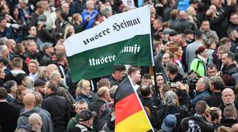 Teilnehmer der Demonstration von AfD und Pegida, der sich auch die Teilnehmer von Pro Chemnitz angeschlossen haben, ziehen zum Karl-Marx-Denkmal.