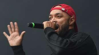 Sänger Tarek von der Hip-Hop-Formation K.I.Z. beim Konzert in Chemnitz.