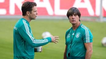 Sind nach dem WM-Debakel gefordert: Bundestrainer Joachim Löw (r) und DFB-Teammanager Oliver Bierhoff.