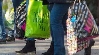 Passanten mit gefüllten Einkaufstüten in der Königstrasse in Stuttgart: Zusammen mit demArbeitsmarkt sorgt der private Konsum für ein konstantes Wirtschaftswachstum.