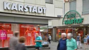 Filialen der Warenhäuser Kaufhof und Karstadt.