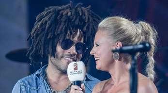 Barbara Schöneberger plaudert mit Lenny Kravitz.