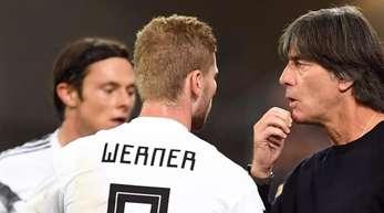 Bundestrainer Joachim Löw gibt Timo Werner und Nico Schulz taktische Anweisungen.