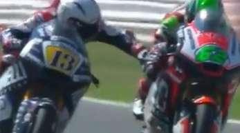 Romano Fenati (l) greift beim Rennen in Misano an die Bremse des Motorrades von Stefano Manzi.