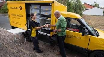 Beim Projekt «Meine Landpost» fahren Postmitarbeiter mit einem E-Mobil direkt zu Kunden, die Postdienstleistungen direkt an der eigenen Haustür in Anspruch nehmen.