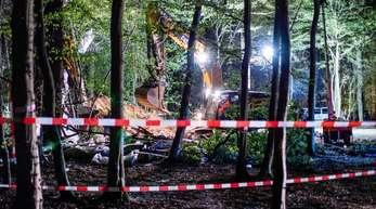 Ein Bagger gräbt im Hambacher Forst an einer Stelle, an der zuvor ein Baumhaus von Aktivisten geräumt und abgerissen wurde.