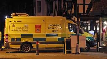 Der Rettungsdienst steht vor dem Restaurant Prezzo nach einem «medizinischen Zwischenfall».