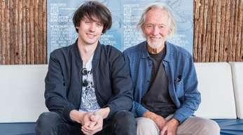 Klaus Voormann (r), Künstler, Grafiker und Musiker, und Maximilian, sein Sohn, vor dem Reeperbahnfestival.