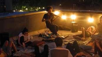 Der Geiger Andrei Matorin (Mitte, hinten) spielt vor Gästen auf seinem Dach in New York.