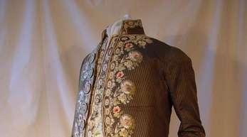 Derbestickte Seidenanzug mit Weste und Kniebundhose aus einem deutschen Adelshaus stammt von etwa 1780.