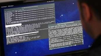 Ein Informatiker arbeitet in einem Rechenzentrum mit dem Betriebssystem Linux. Der führende Entwickler des Betriebssystems, Linus Torvalds, nimmt wegen seiner Wutausbrüche vorerst eine Auszeit.