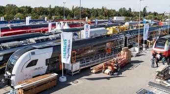 Züge stehen auf dem Gleis- und Freigelände der Verkehrstechnikmesse Innotrans in Berlin.