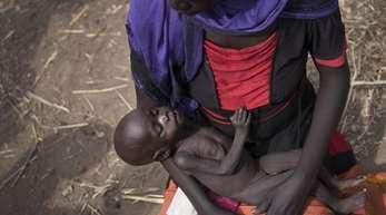 Eine Frau hält im Südsudan ihre Tochter im Arm.