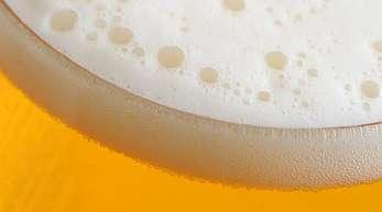 Ein Liter Bier kann im Laden 70 Cent oder mehr als zehn Euro kosten.