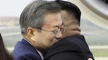 Nordkoreas Machthaber Kim Jong Un begrüßte den südkoreanischen Präsidenten Moon Jae In wie einen alten Freund.