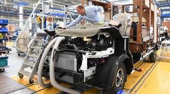 Ein Vorarbeiter kontrolliert beim Reisemobilhersteller Hymer ein halbfertiges Reisemobil.