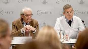Kai-Uwe Eckardt, Arzt (r), und Karl Max Einhäupl, Leiter der Charite, berichten während einer Pressekonferenz über die Behandlung von Piotr Wersilow an der Berliner Charite.