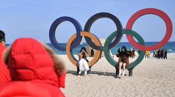 Die Olympischen Ringen am Strand von Pyeongchang.