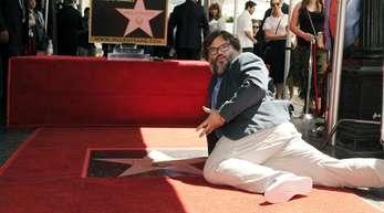 Der Schauspieler und Komiker Jack Black räkelt sich auf seiner Sternenplakette.