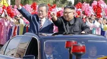 Südkoreas Präsident Moon Jae In (l) und Nordkoreas Machthaber Kim Jong Un fahren durch Pjöngjang.