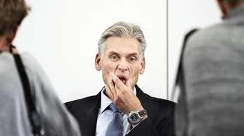 Thomas Borgen, Vorstandschef der Danske Bank, kündigt auf einer Pressekonferenz seinen Rücktritt an.