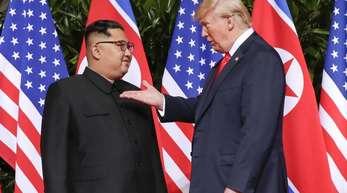 US-Präsident Donald Trump (r) und Nordkoreas Machthaber Kim Jong Un während ihres ersten Spitzentreffens in Singapur.