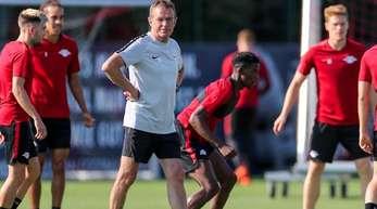 Leipzigs Trainer und Sportdirektor Ralf Rangnick (M) leitet das Abschlusstraining vor dem Spiel gegen Salzburg.