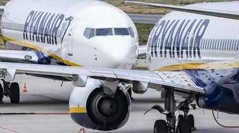Ryanair liegt europaweit mit Piloten und Flugbegleitern im Streit über Löhne und Arbeitsbedingungen.