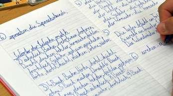 Bei der sogenannten Fibel-Methode werden Buchstaben und Wörter schrittweise und nach festen Vorgaben eingeführt, systematisch aufgebaut vom Einfachen zum Komplexen.