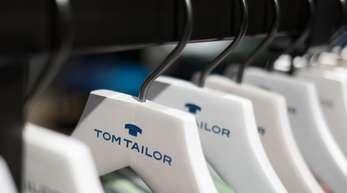 Bügel der Modekette Tom Tailor hängen in einer Show-Filiale in der Zentrale der Modekette in Hamburg.