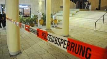 Polizeibeamte und Mitarbeiter der Spurensicherung ermitteln in Mönchengladbach.