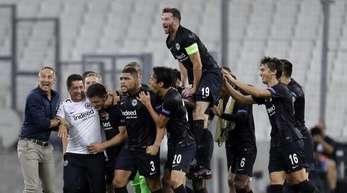 Die Spieler von Eintracht Frankfurt feiern im leeren Stade Vélodrome ihren Sieg über Olympique Marseille.
